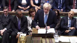 Boris Johnson puhuu parlamentissa.