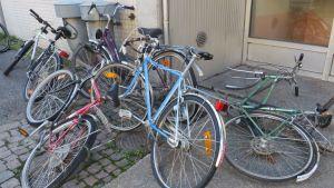 Osa Kuopion keskustaan, Käsityökadulle jätetyistä pyöristä näyttää hylätyiltä.