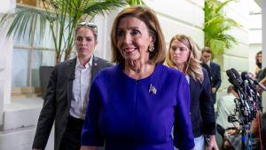 Nancy Pelosi poistumassa tapaamisesta demokraattien edustajaryhmän kanssa liittyen presidentti Trumpin virkarikossyytetutkintaan.