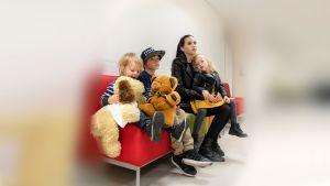 perhe odotus huoneessa p'ivystyksessä