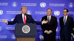 Donald Trump levittelee käsiään tiedotustilaisuudessa keskiviikkona 25. syyskuuta.