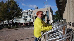 Tarjoilija Pia Hostikka asettelee terassin tuoleja Albatrossilla