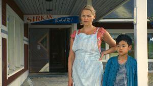 Anna-Maija Tuokko ja kiinalainen lapsinäyttelijä Lucas Hsuan.