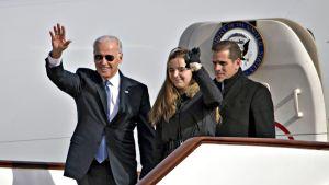 Joe Biden (vasemmalla) yhdessä lapsenlapsensa Finneganin ja poikansa Hunterin kanssa Pekingin lentokentällä 4. joulukuuta 2013.