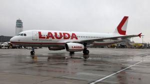 Laudamotion Airbus A320-matkustajakone Wienin kentällä, Ryanair