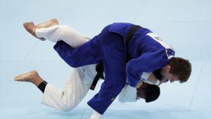 Jack Hatton (sininen judogi) Tokion MM-tatamilla elokuussa 2019.
