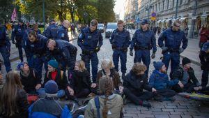 Elokapina-liikkeen aktivistit valtasivat kadun 26.9.2019