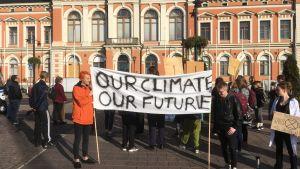 Nuorten mielenilmaus kunnianhimoisemman ilmastopolitiikan puolesta Kuopion torilla.