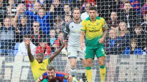 Ibrahim Amadou (Norwich City) kaataa James McArthurin (Crystal Palace) rankkarin arvoisesti. 28.9.2019