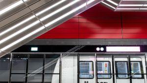 Metrojuna asemalla.