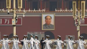 Sotilaat marssivat Tiananmenin aukiolla ennen seppeleenlaskuseremoniaa 30. syyskuuta 2019.