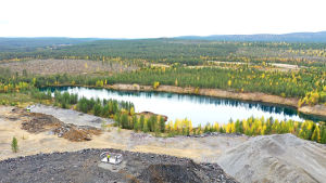 Hannukaisen vanha louhosjärvi Kolarissa. Kaivosaktivisti Leif Ramm-Schmidt seisoo näköalatasanteella louhoskasan päällä.