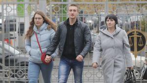 Pavel Ustinov (keskellä) saapui tyttöystävänsä Ekaterina Baluyevan kanssa oikeuteen Moskovassa maanantaina.
