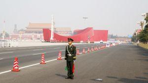 Yksinäinen sotilas valvoo liikennettä.