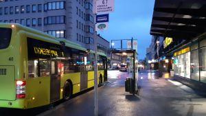 Bussi odottaa matkustajia Mikkelin keskustassa.