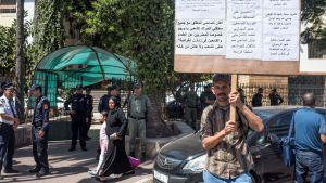 Mies ilmaisi tukensa marokkolaistoimittaja Hajar Raissounille oikeudenkäynnin aikana Rabatissa Marokossa 16. syyskuuta.