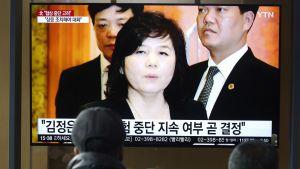 Etelä-korealaiset katselevat tv-lähetystä, jossa Pohjois-Korean apulaisulkoministeri Choe Son-hui kertoi neuvottelujen sen hetkisestä vaiheesta maaliskuussa 2019.