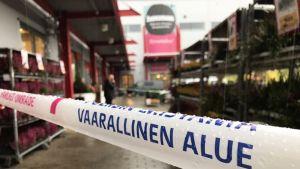 Poliisin eristämä kauppakeskus Heman.
