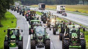Traktorit valtaavat moottoritien Hollannissa