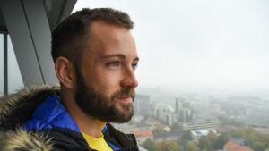 Tomas Raskevičius laskeskelee, että eduskuntavaaleissa hän voi kerätä ääniä esimerkiksi Liettuan ilmapiiriä ulkomaille paenneelta sateenkaariväeltä.