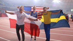 Piotr Lisek, Sam Kendricks ja Armand Duplantis MM-finaalin jälkeen Dohassa 2019.