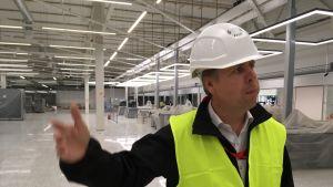 Citymarketin kauppias Matti Suominen esittelee uusia tiloja.