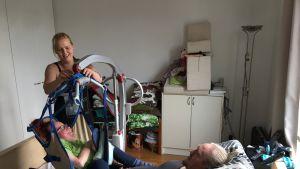 Nostolaite ja avustaja Jannina Tallberg mahdollistavat Raila ja Miika Riikosen seksin.