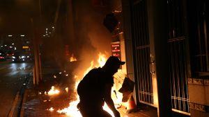 Mielenosoittajat sytyttivät tulipaloja Honkongissa keskiviikkona.