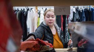 Emmi Makkonen järjestelmässä kirpputoripöytäänsä, joka sijaitsee Hermannin kauppakeskuksessa.