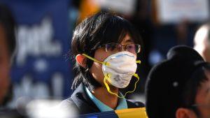 Hengitysmaskia käyttävä mielenosoittaja Hongkongissa.