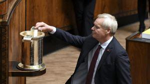 Pääministeri, SDP:n puheenjohtaja Antti Rinne lippuäänestyksessä eduskunnan täysistunnossa 4. lokakuuta 2019.