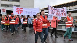 Päijät-Hämeen keskussairaalan työntekijät marssivat ulos vastalauseena väen vähennyksille. Kuvassa keskellä Tehyn pääluottamusmies Kati Keränen.
