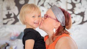 Linda Hirvelä suukottaa Minka-tytön poskea.