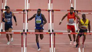 Omar McLeod (oikealla) häiritsee Orlando Ortegan juoksua 110 metrin aitojen finaalissa. Grant Holloway (toinen vasemmalta) voitti, Pascal Martinot-Lagarde oli kolmas.