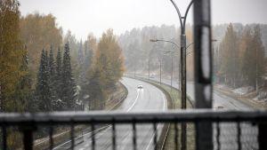 Liikennettä moottoritiellä Kuopiossa.