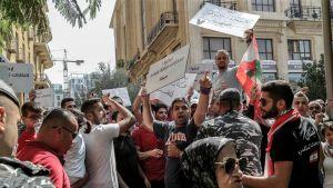Libanonilaiset osoittavat mieltään Beirutissa.