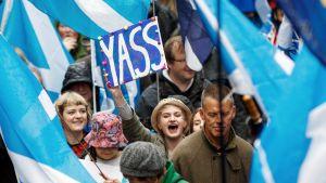 Mielenosoittajat marssivat Skotlantin Edinburghissa.