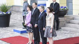 Eliza Reid ja Guoni Thorclarius, sekä Sauli Niinistö ja Jenni Haukio presidentinlinnan edustalla.