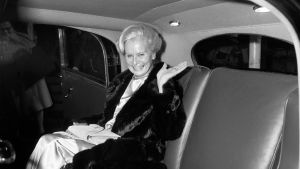 """Kyllikki Forssell vietti 35-vuotistaiteilijajuhlaansa Kansallisteatterin näyttämöllä Eugene O'Neillin """"Pitkän päivän matka yöhön"""" -näytelmän Maryna lokakuussa 1984."""