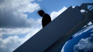 Presidentti Donald Trump laskeutumassa lentokoneesta.