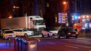 Poliiseja ja pelatuslaitoksen yksikköjä paikalla, jossa mies ajoi anastetulla rekalla päin muita autoja Saksan Limburgissa.