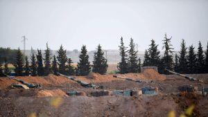 Turkkilaiset sotajoukot tuliasemissa lähellä Syyrian rajaa 8. lokakuuta.
