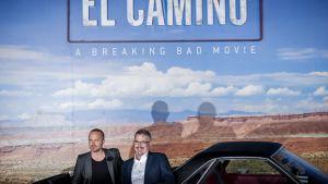 Aaron Paul ja Vince Gilligan poseeravat El Camino -elokuvan ensi-illassa Los Angelesissa.