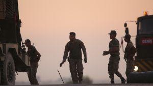 Turkkilaiset panssaroidut ajoneuvot Pohjois-Syyriassa kurdien aluella.