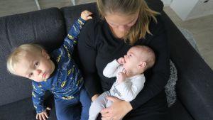Iina Salmisen esikoinen Niila oli vauvana huomattavasti itkuisempi kuin pikkuveli Nuutti.