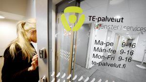 Henkilö menossa työvoimatoimistoon Helsingissä.