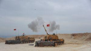 Turkin puolustusministeriön julkaisemassa kuvassa näkyvät Turkin maajoukot hyökkäämässä pohjoiseen Syyriaan.
