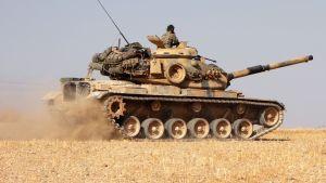 Turkkilaiset sotilaat ajavat m60-panssarivaunua 14. lokakuuta.