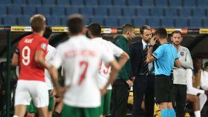 Gareth Southgate ja erotuomari keskustelevat Bulgaria-Englanti-ottelussa