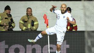 Teemu Pukki juhlii 2–0-maalia kulmalipulla.